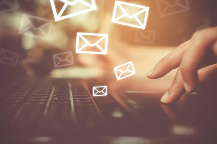 Imagem de um computador e ícones de emails